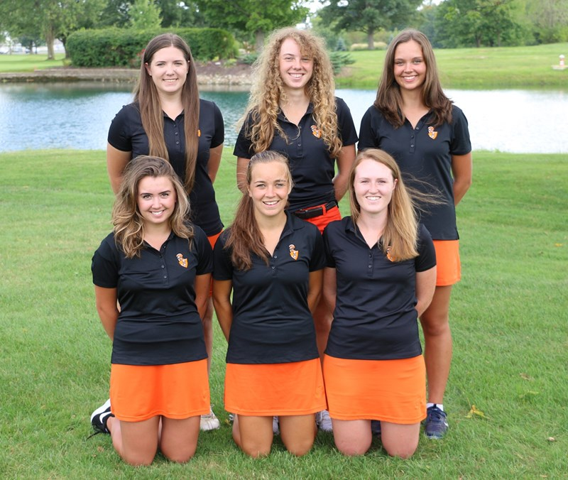 photo of members of Indiana Tech's 2016-17 women's golf team.